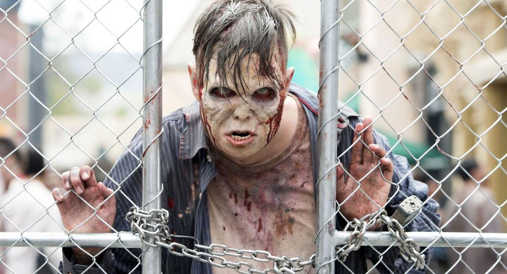 Muž v kostýmu zombie