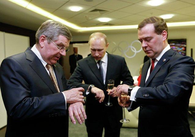 Thomas Bach, Vladimir Putin a Dmitrij Medveděv v Soči