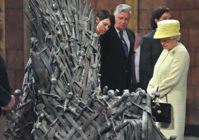 Alžběta II. vedle železného trůnu