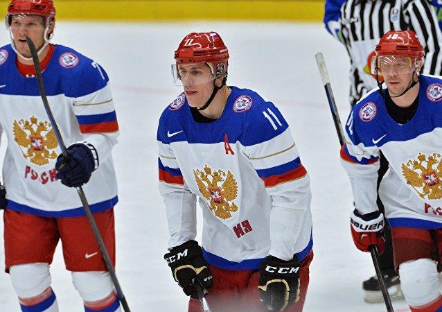 Ruští hokejisté Evgenij Malkin, Dmitrij Kulikov a Sergej Mozjakin