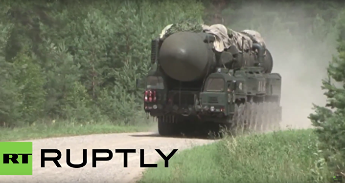 Vojáci měnili kolo na Topolu během vojenských cvičení RVSN v Tverské oblasti. VIDEO