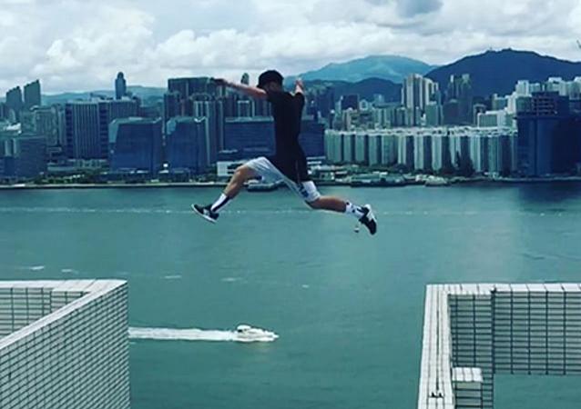 Britský roofer skočil mezi mrakodrapy bez jištění