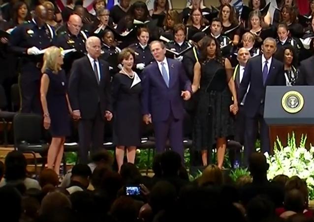 George Bush se pohupoval do taktu za zvuků hymny při panychidě v Dallasu
