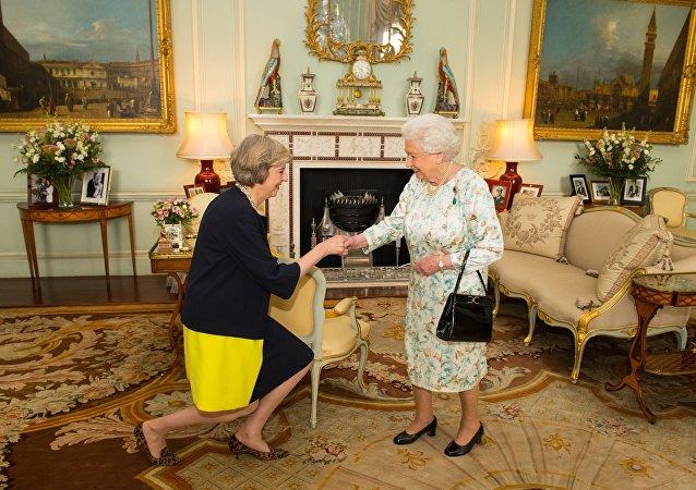 Theresa Mayová a Alžběta Druhá