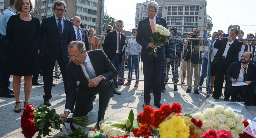 Sergej Lavrov a John Kerry přinesli květiny k francouzskému velvyslanectví v Moskvě