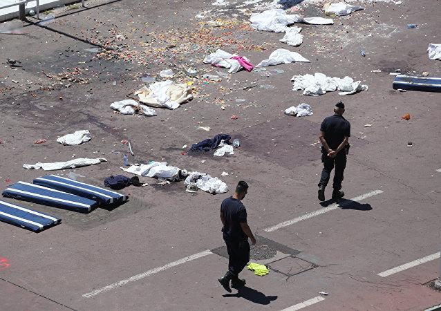 Francouzská policie prochází místem činu na Anglickém nábřeží v Nice, 15. července 2016.