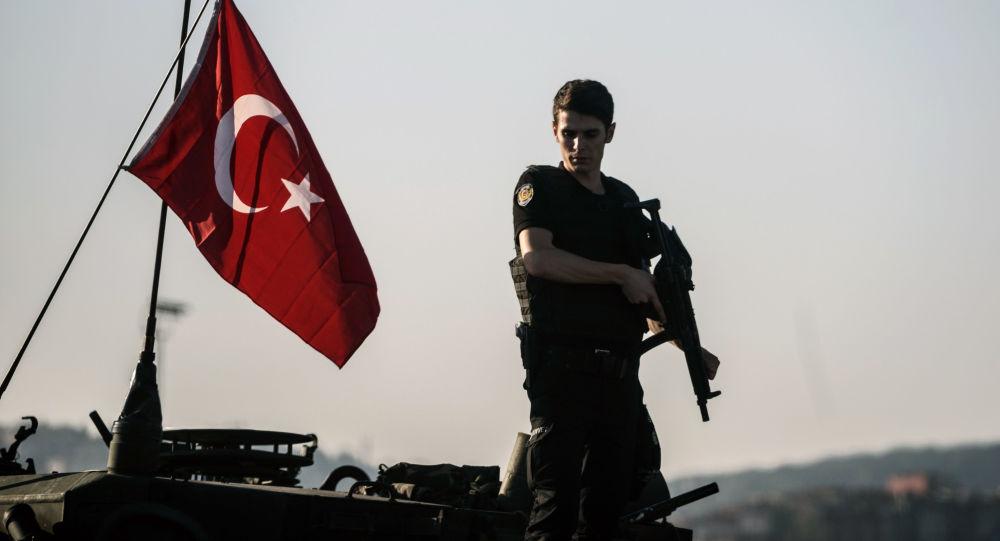 Turecký voják v Istanbulu po pokusu o převrat