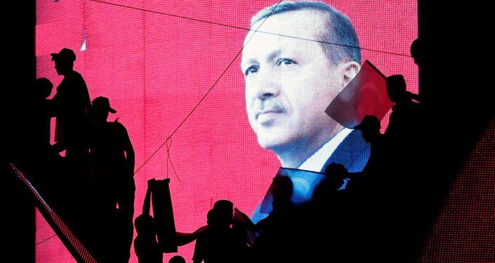 Přívrženci kolem Erdoganova portrétu