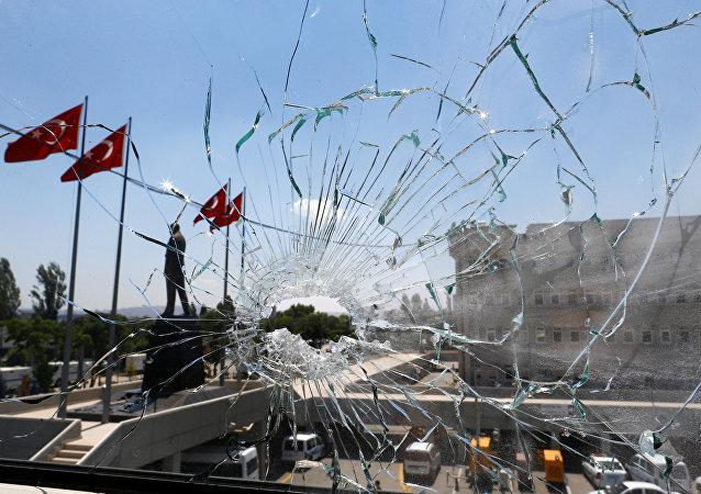 Rozbité okno v Ankaře