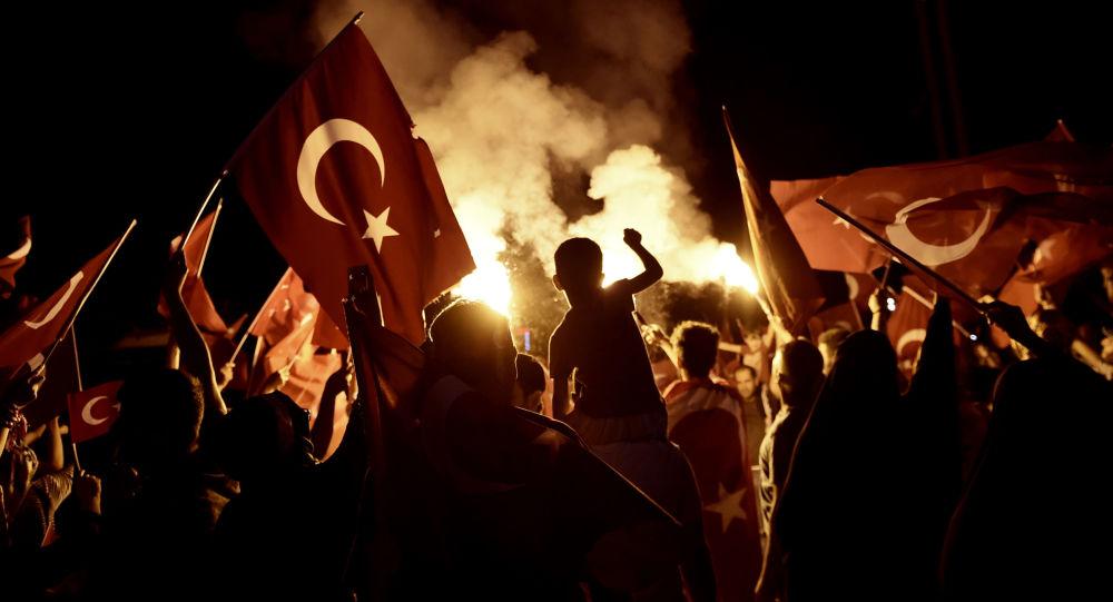 Stoupenci tureckého prezidenta Recepa Tayyipa Erdogana na náměstí Taksim v Istanbulu