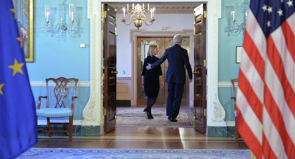 Ministr zahraničí USA John Kerry a šéfka evropské diplomacie Federica Mogheriniová