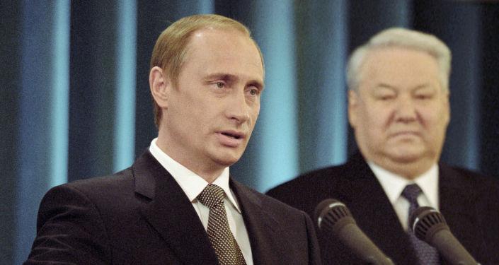 31. prosince 1999 přerušily v poledne televizní kanály přenos a začaly vysílat novoroční projev Borise Jelcina, ve kterém oznámil, že rezignuje a jmenuje Vladimira Putina svým nástupcem