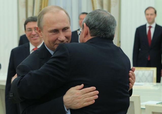 Vladimir Putin se v Kremlu setkal s Raúlem Castrem