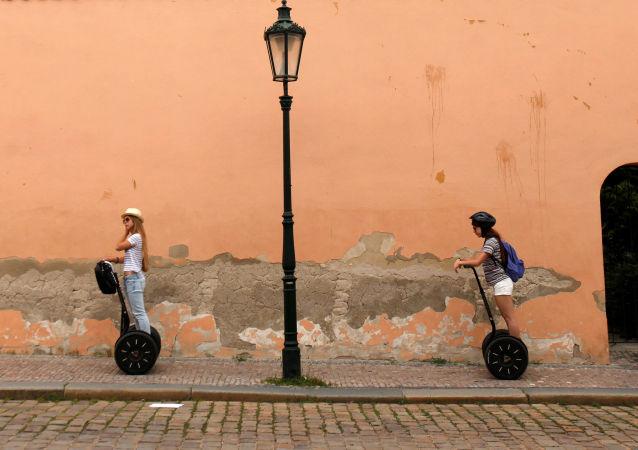 Turisté na dvoukolkách Segway v Praze