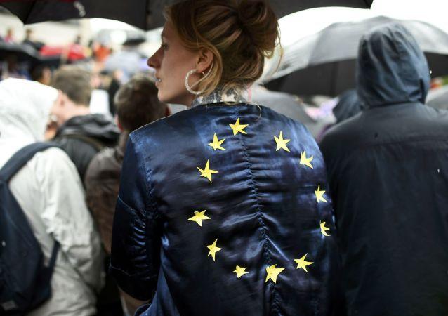 Dívka s vlajkou EU