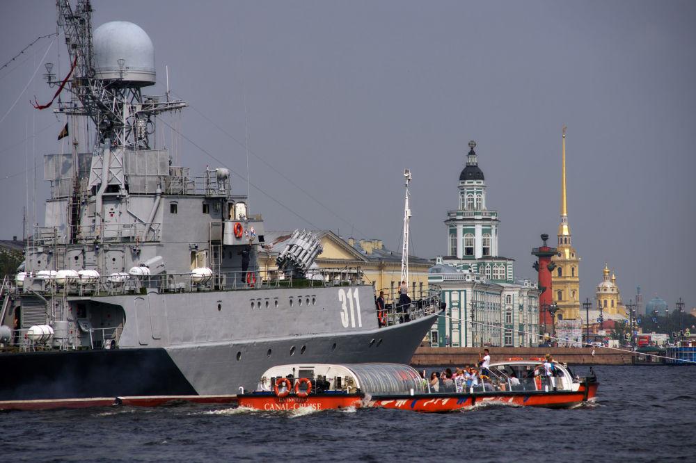 Přehlídky se zúčastní 16 lodí Leningradské vojenské námořní základny Baltské flotily.