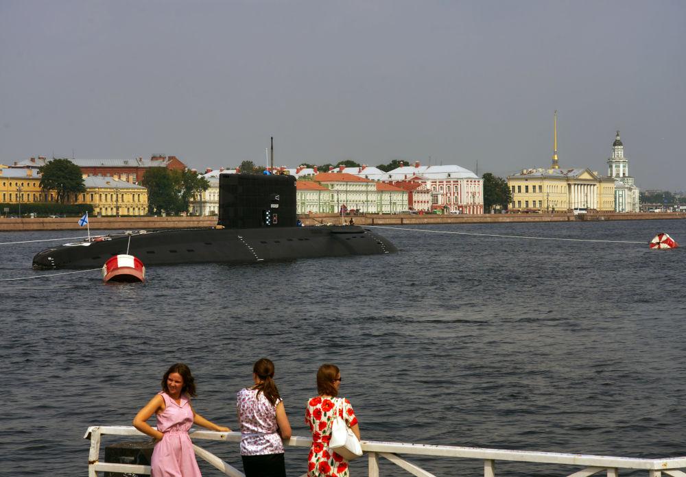Diselně-elektrická ponorka Krasnodar na řece Něvě.