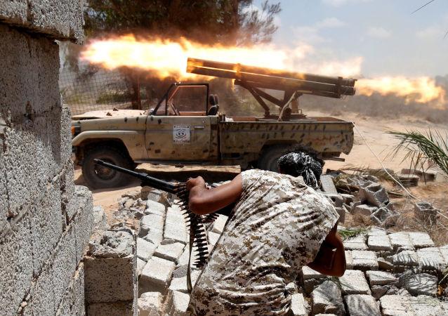 Libyjští vojáci během srážky s ozbrojenci ISIS v Syrtu