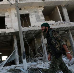 Zřícená budova v Manbidži, Sýrie. Ilustrační foto