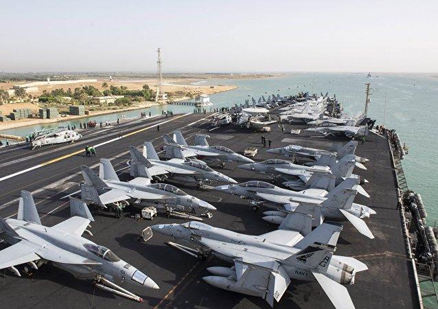 Americká letadlová loď USS Harry Truman v Středozemní moři. Ilustrační foto