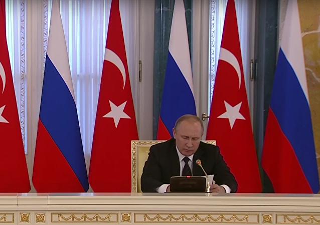 Společná tisková konference Putina a Erdogana v Petrohradu