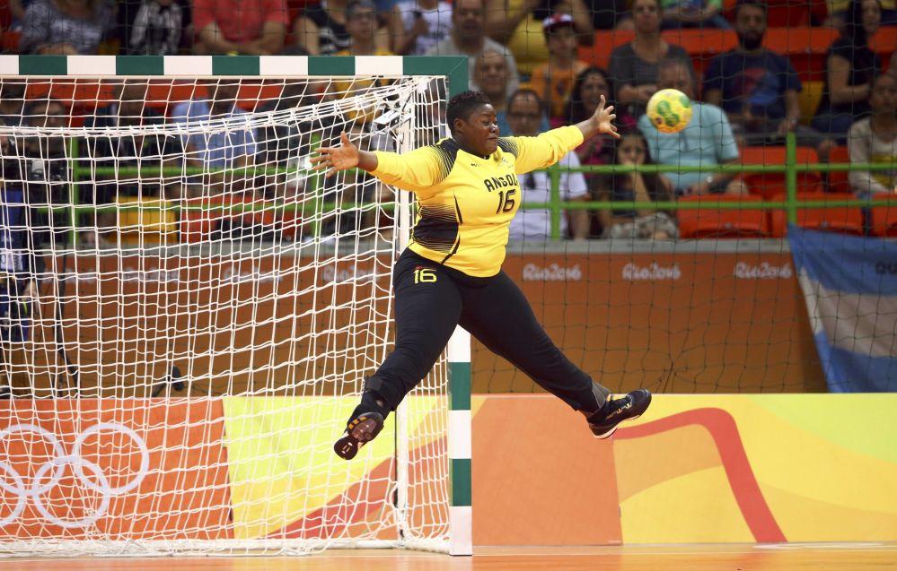 Brankářka angolské reprezentace Teresa Almeida na utkání skupiny A v házené mezi týmy Angoly a Rumunska.
