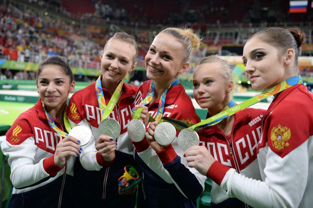 Sportovkyně ruské reprezentace, které si vybojovaly stříbrné medaile ve víceboji družstev ženy během soutěže v sportovní gymnastice.