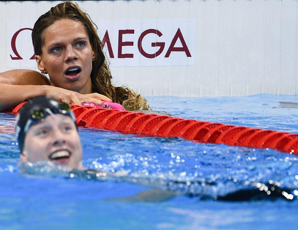 Julia Jefimovová po finálové rozplavbě 100 m prsa během soutěže v plavání ženy.