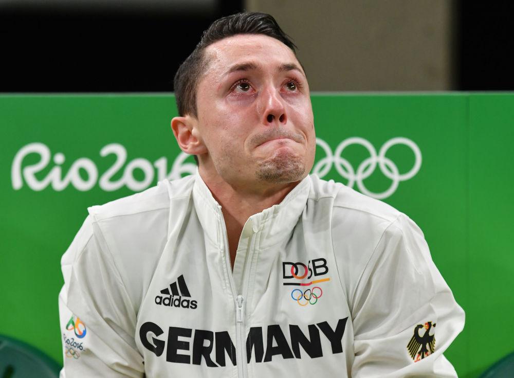 Německý gymnasta Andreas Toba pláče.