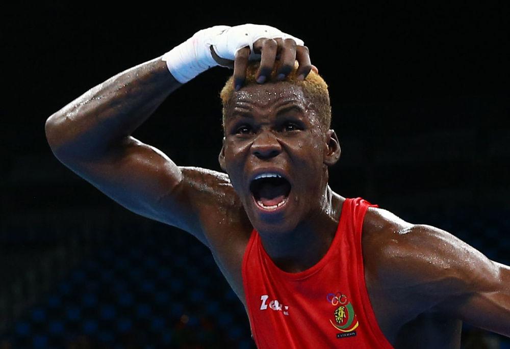 Boxer Wilfried Ntsengue z Kamerunu po vítězství v zápasu.