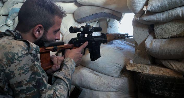Syrští odstřelovači střílejí na bojovníky, kteří se snaží uprchnout ze školních budov. Ilustrační foto