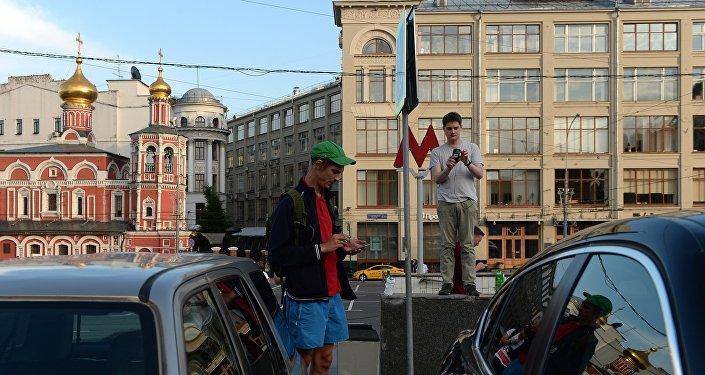 Lidé hrají Pokemon Go v Moskvě