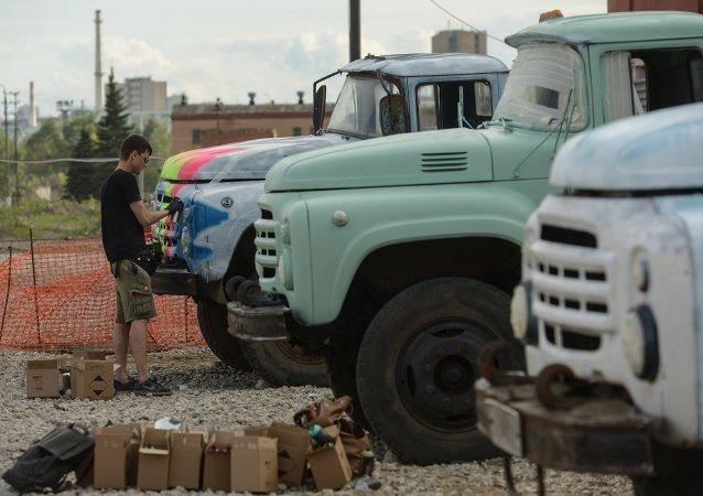 Umělec kreslí na vozy ZIL v Moskvě