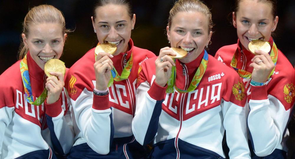 Sportovkyně ruské reprezentace, jež si vybojovaly zlato v týmovém mistrovství šavlistek: Jekatěrina Djačenková, Jana Jegorjanová, Julia Gavrilovová a Sofja Velikaja