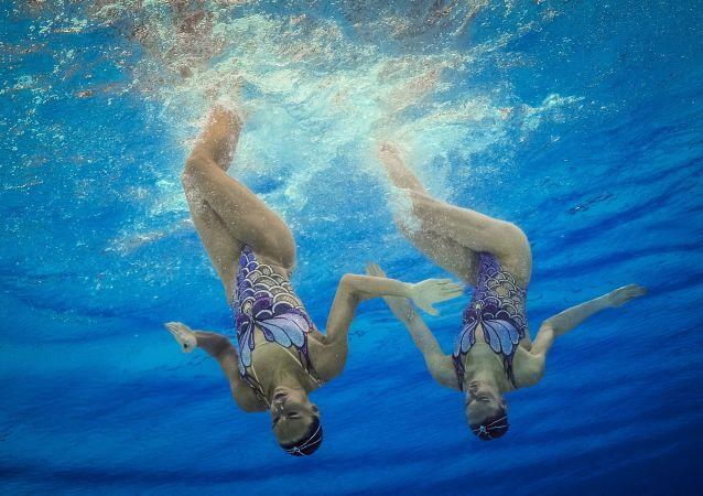 Natalja Iščenková a Světlana Romašinová ve finále synchronního plavání dvojic