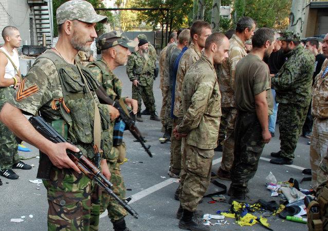 Zajatí ukrajinští vojáci v Ilovajsku