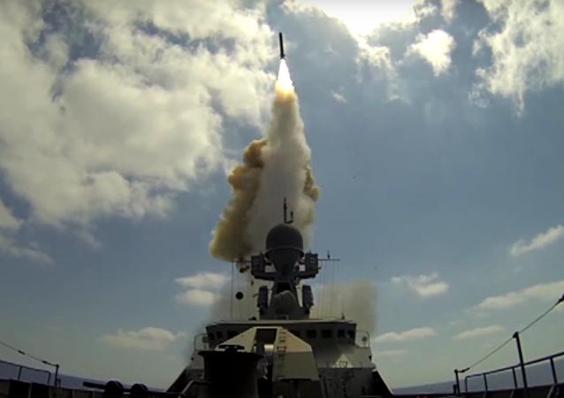 MO RF zveřejnilo videonahrávku ostřelování bojovníků v Sýrii ze Středozemního moře