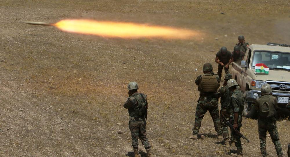 Kurdští vojáci ostřelují bojovníky Islámského státu jihovýchodně Mosulu