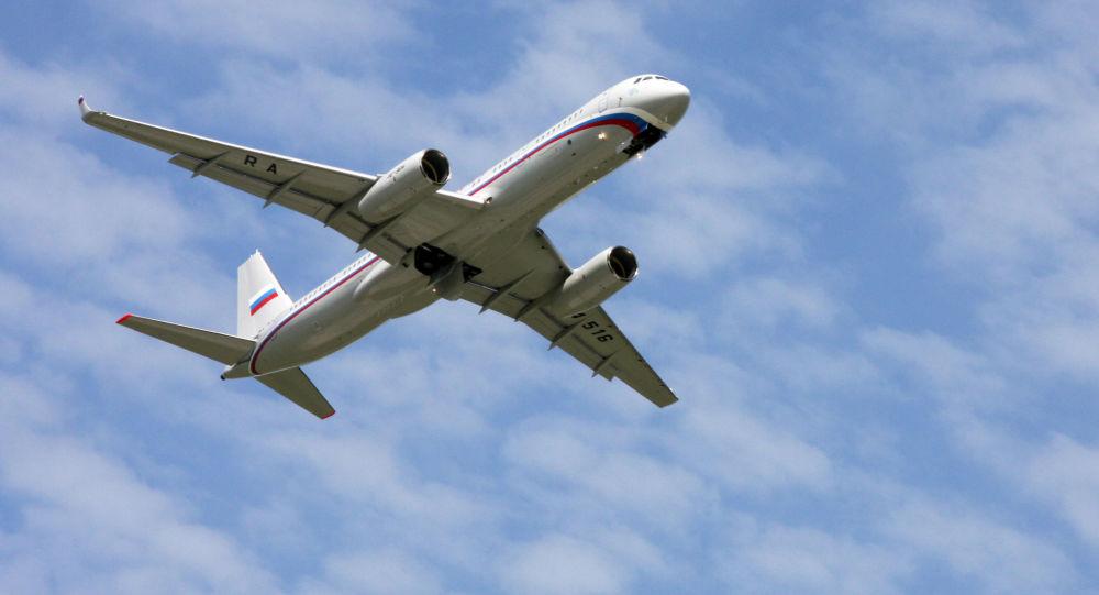 Dopravní letadlo Tu-214 je modernizovaná verze letounu Tu-204-100 se zvýšenou vzletovou hmotností a zvýšeným doletem.