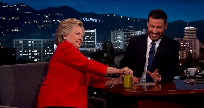 Hillary Clintonová otevřela sklenici s okurkami