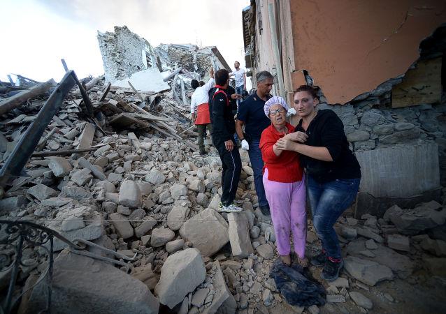 Obyvatelé města Amatrice po zemětřesení.