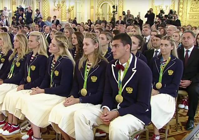 Vladimir Putin odměňuje ruské sportovce v Kremlu