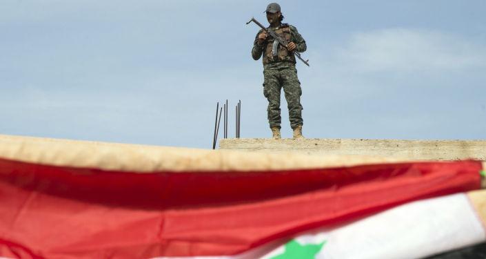 Syrský voják u města Hamá