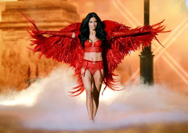 Adriana Limová na přehlídce Victoria's Secret Fashion Show v New Yorku