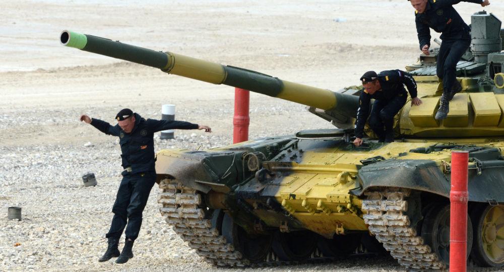 Tank T-72 během tankového biatlonu