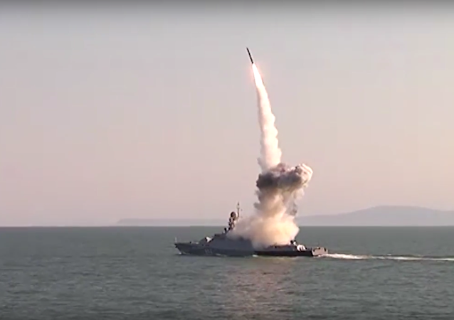 Videozáznam startu raket Kalibr v Kaspickém moři