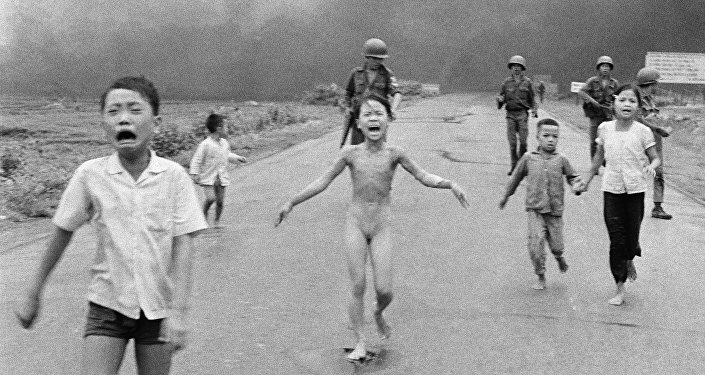 Historická fotografie z doby války ve Vietnamu, na níž je zobrazena 9letá dívka, utíkající před napalmem
