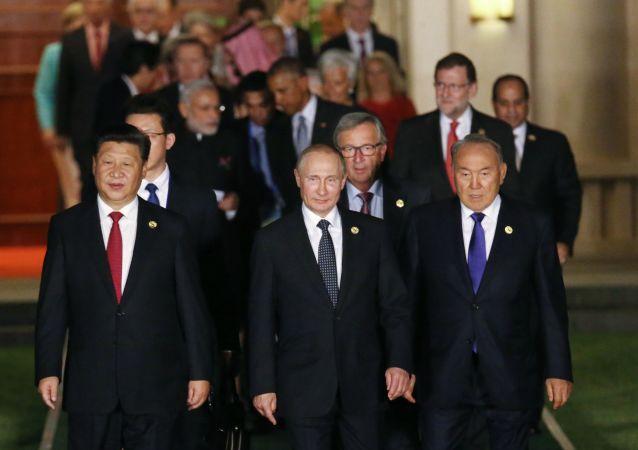Ruský prezident Vladimir Putin před společným fotografováním hlav delegací na summitu G20 v čínském Chang-čou