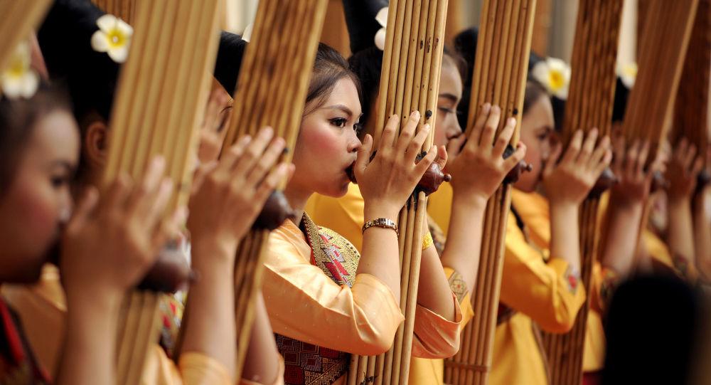Hudebníci vystupují na summitu ASEAN v Laosu