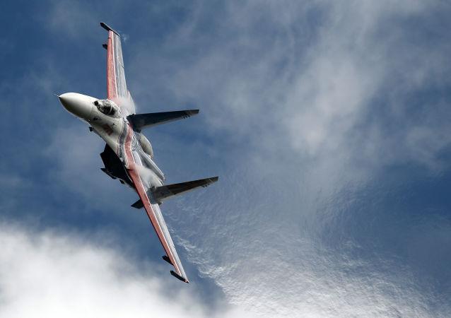 Víceúčelová stíhačka Su-27 akrobatické letecké skupiny Russkije Viťazi na fóru Armáda 2016